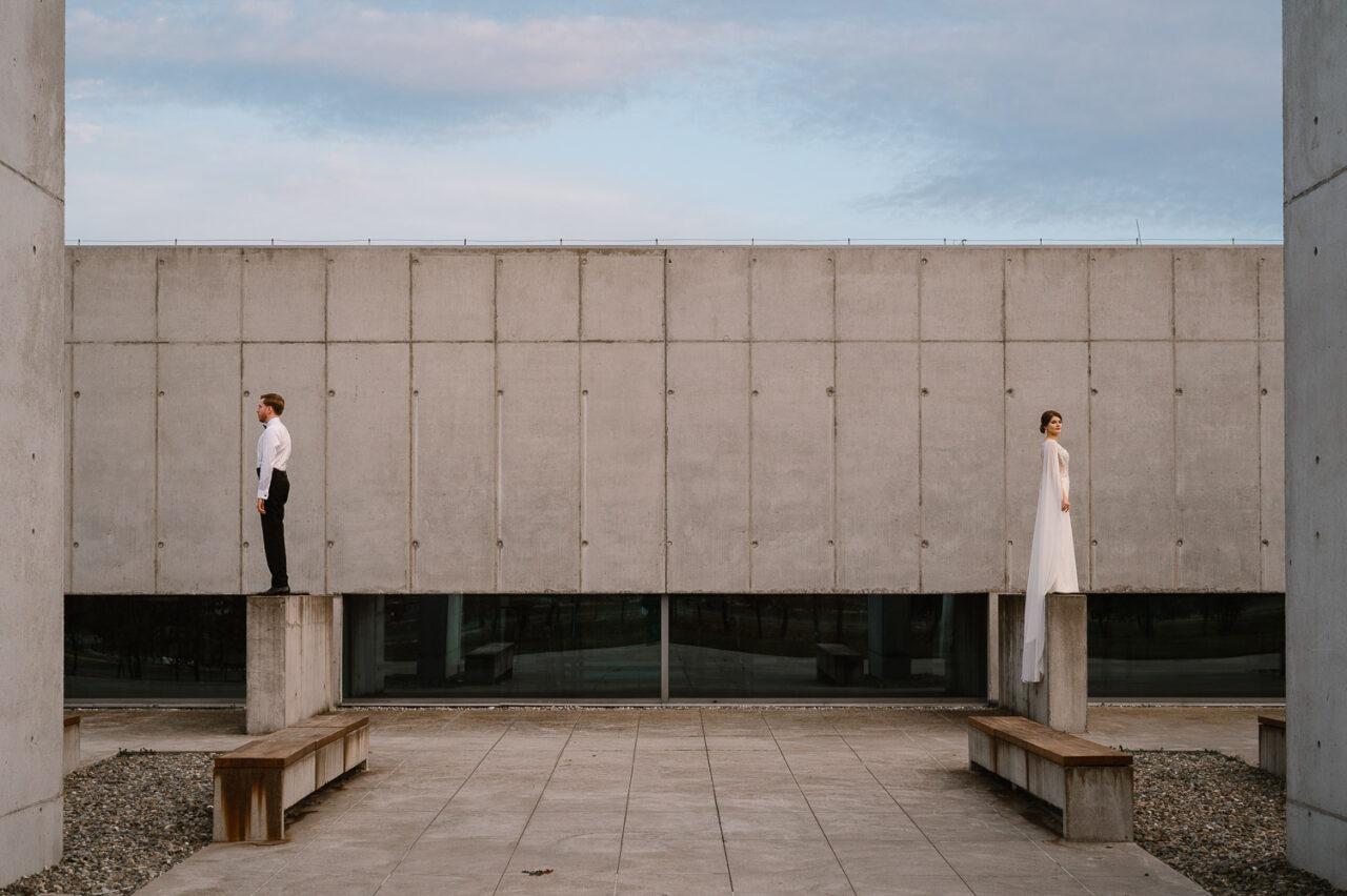 para młoda na tle współczesnej architektury