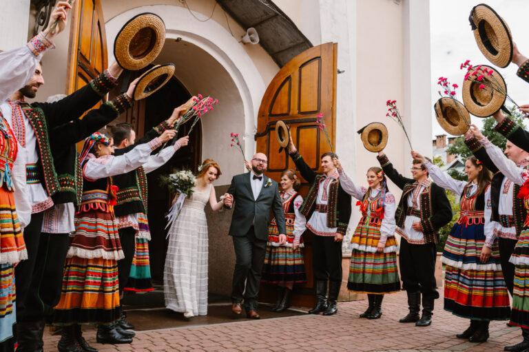 wyjście pary młodej z kościoła ze ślubu w stylu folk