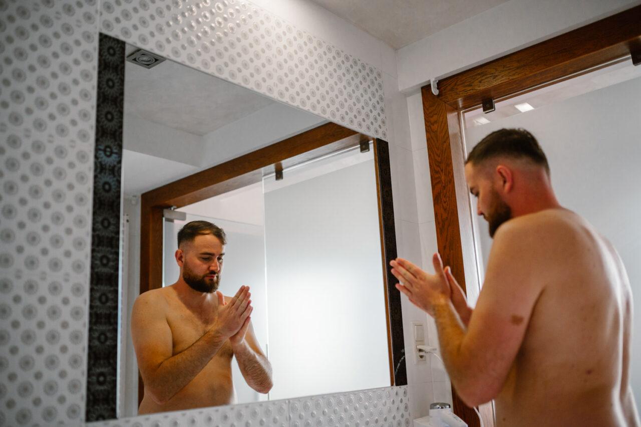 mężczyzna modli sięprzed lustrem