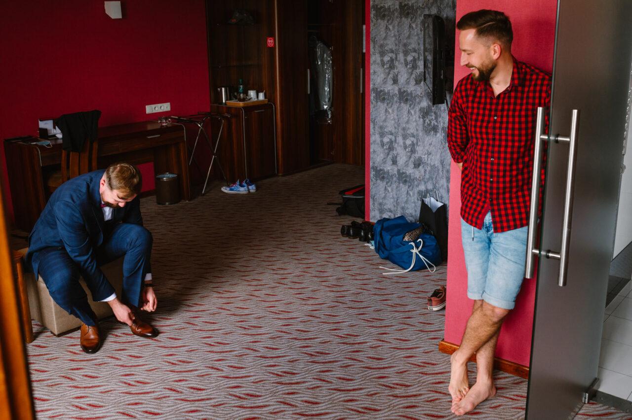 pan młody i świadek w pokoju hotelowym w Zamościu