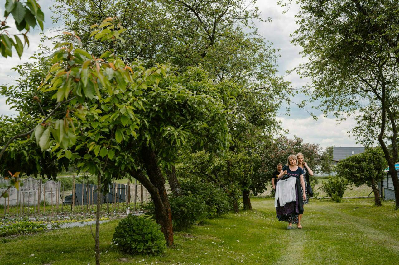 goście weselni przechadzający się po ogrodzie