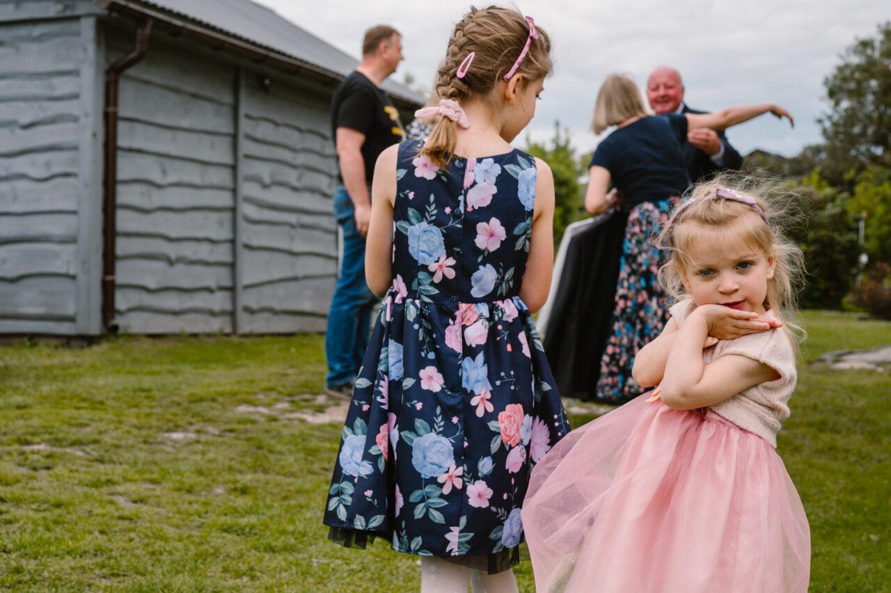 rodzina wita sięw ogrodzie i portret dziewczynki