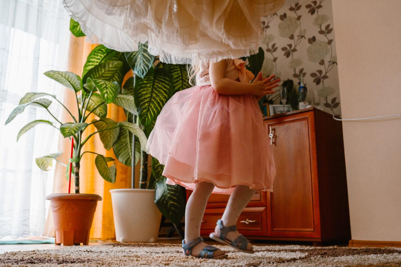 suknia ślubna i biegająca dziewczynka