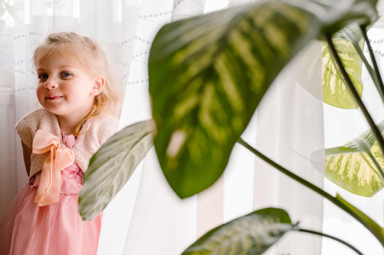 portret dziewczynki z egzotycznymi liśćmi