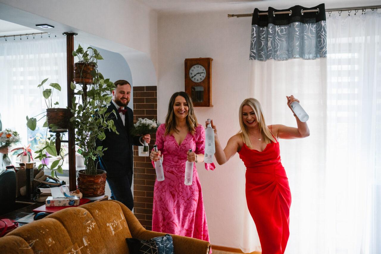 weselnicy idą radosnym krokiem