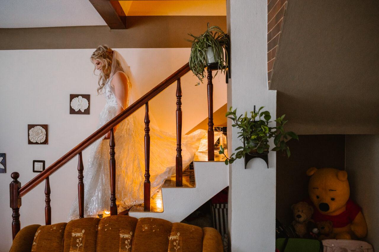 panna młoda schodzi po schodach