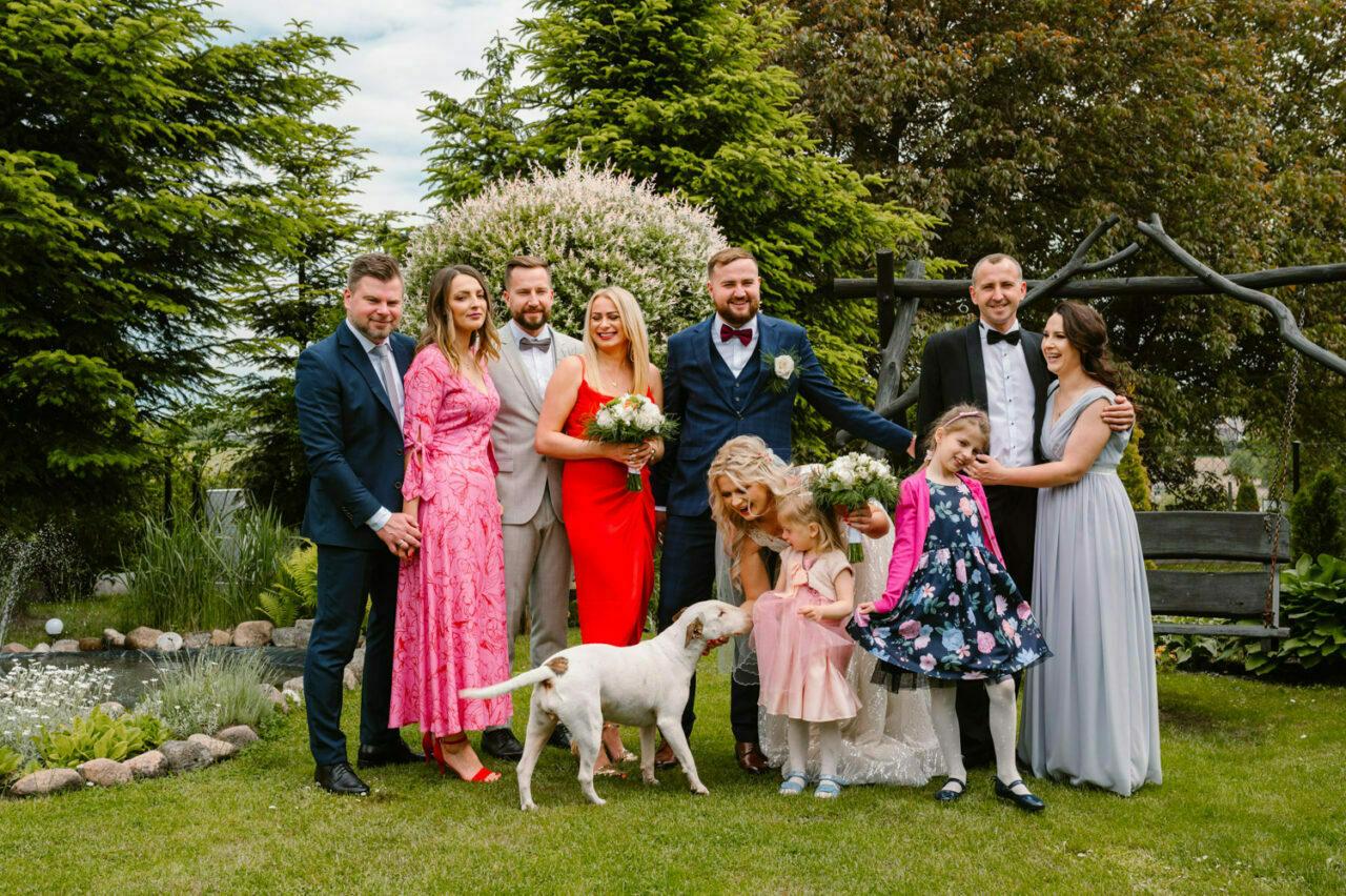 rodzinna fotografia grupowa w ogrodzie