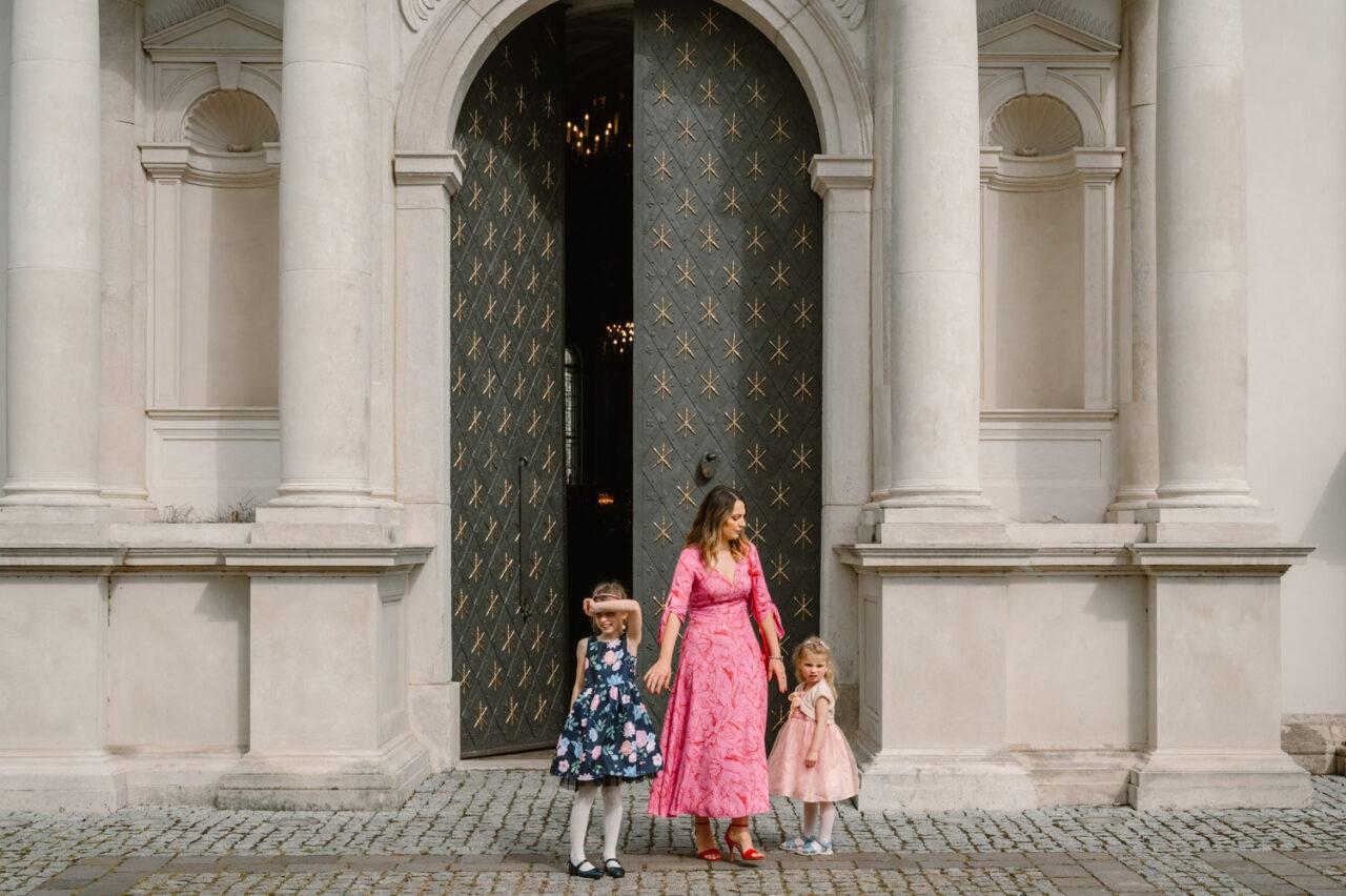 mama i dzieci przed zabytkowymi drzwiami katedry w Zamościu