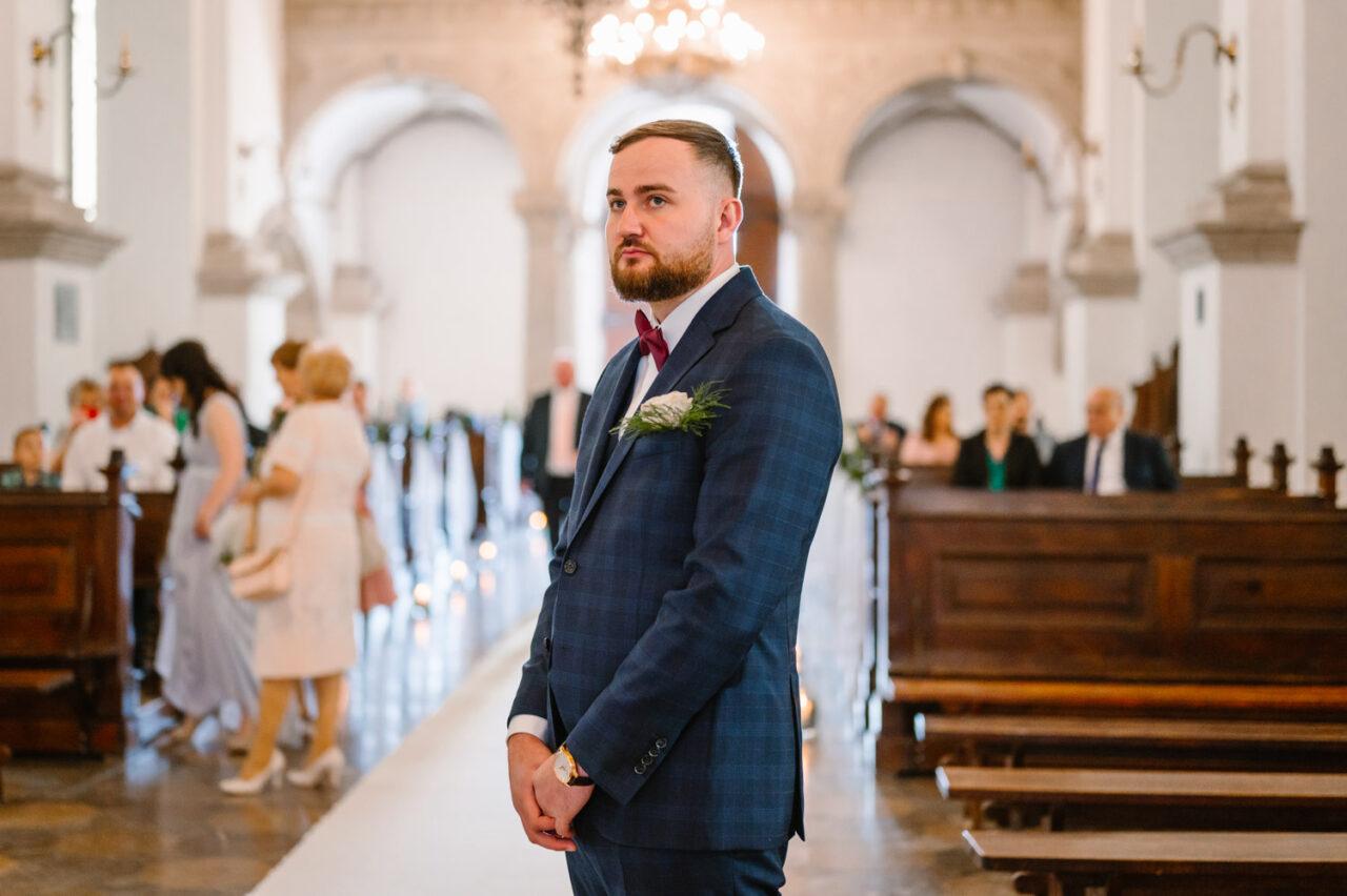 pan młody oczekujący na pannę młodą przed ślubem w Zamościu