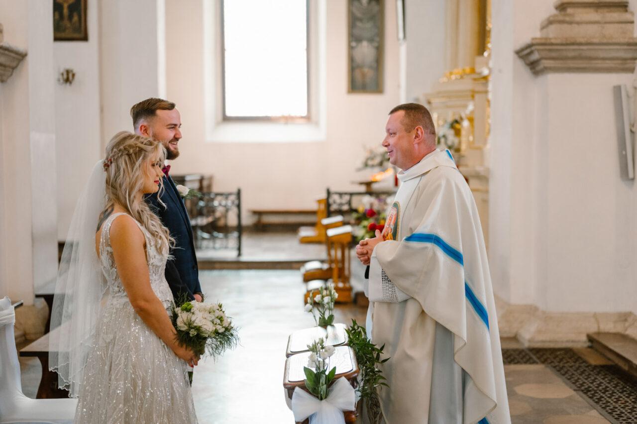 ksiądz wita parę młodą w kościele w Zamościu