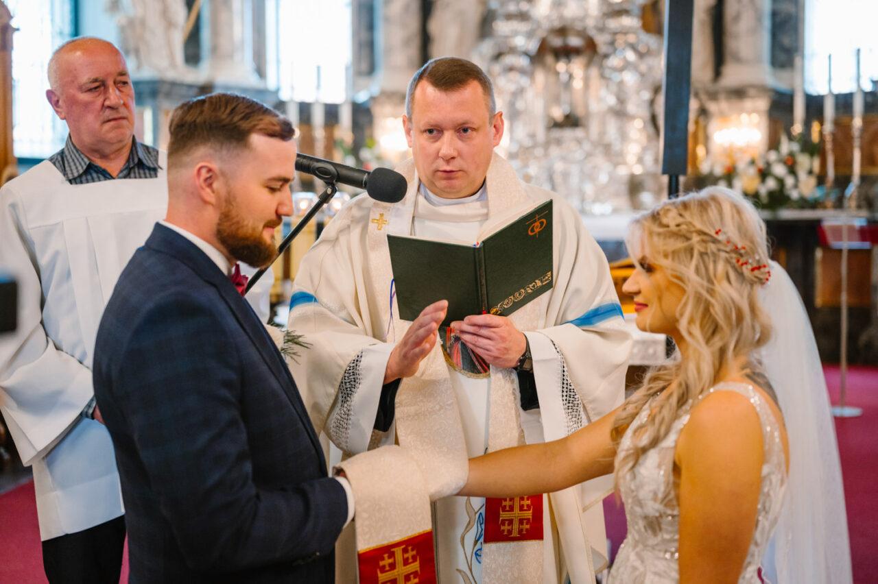 para młoda ślubuje miłość w kościele w Zamościu