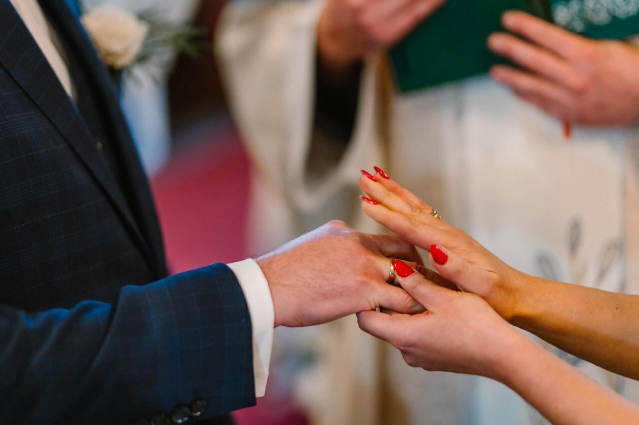 zakładanie obrączki ślubnej