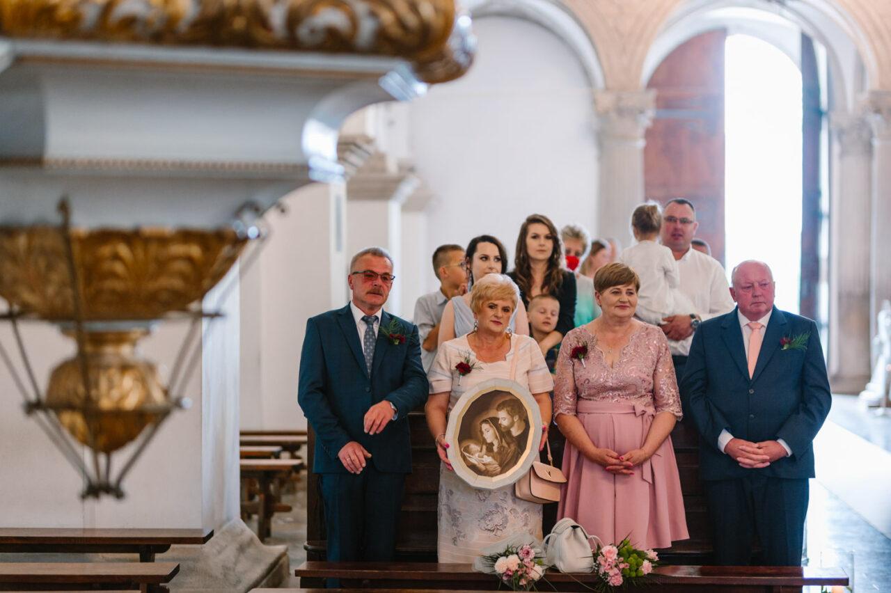 rodzice podczas ślubu w Zamościu