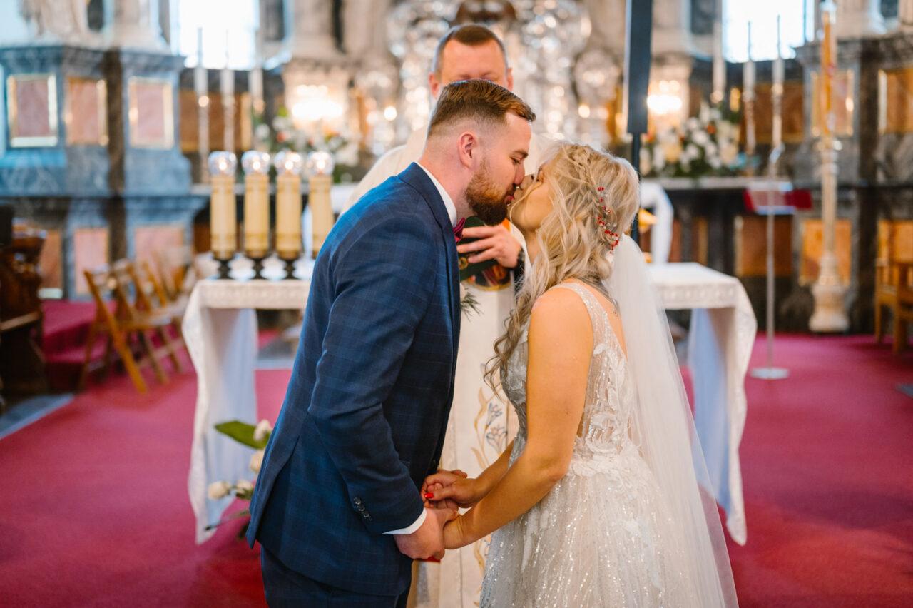 pocałunek młodej pary w katedrze w Zamościu