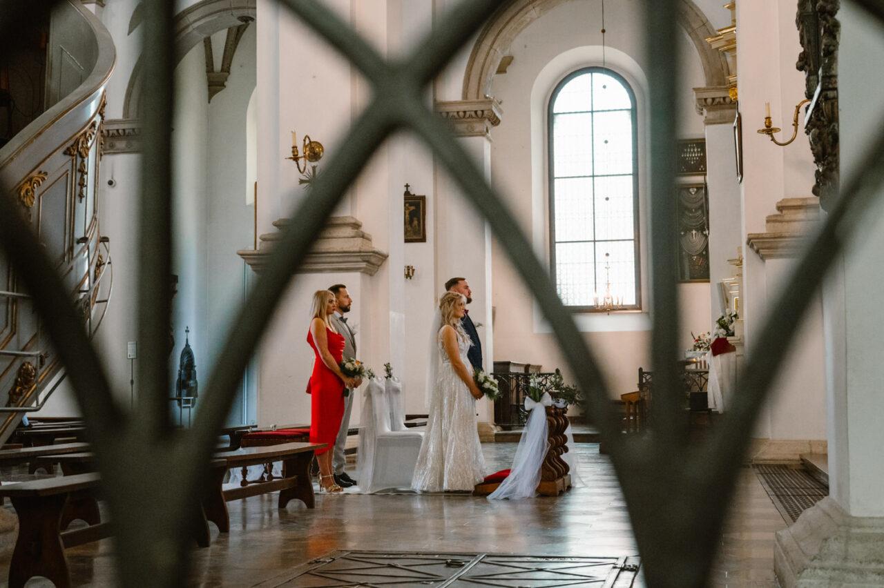 para młoda w zamojskiej katedrze podczas ślubu