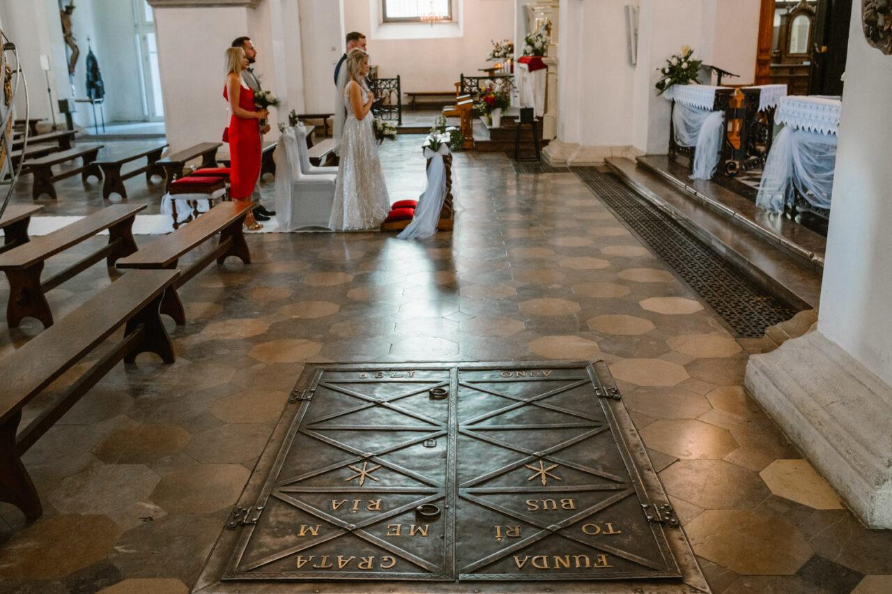 wnętrze zamojskiej katedry podczas ślubu