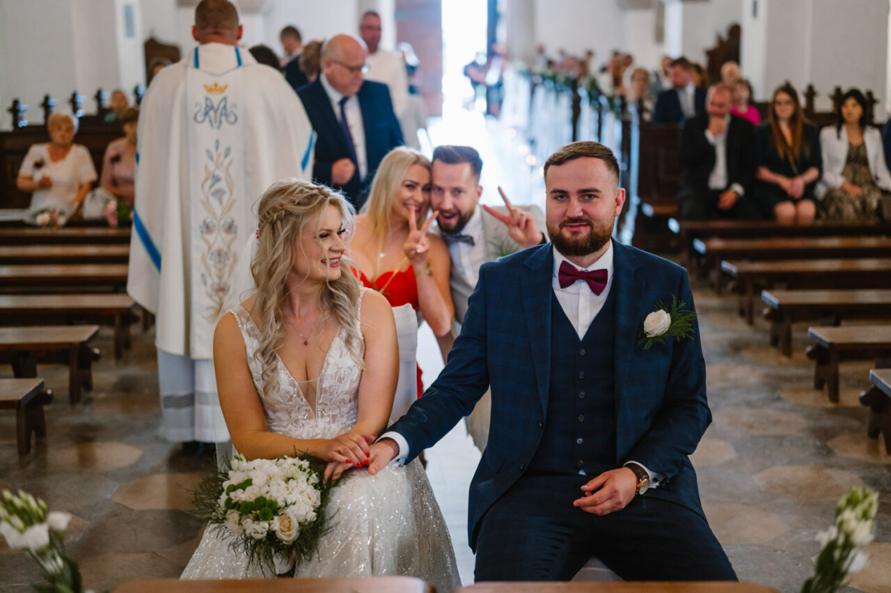 para młoda i świadkowie w zamojskiej katedrze podczas ślubu