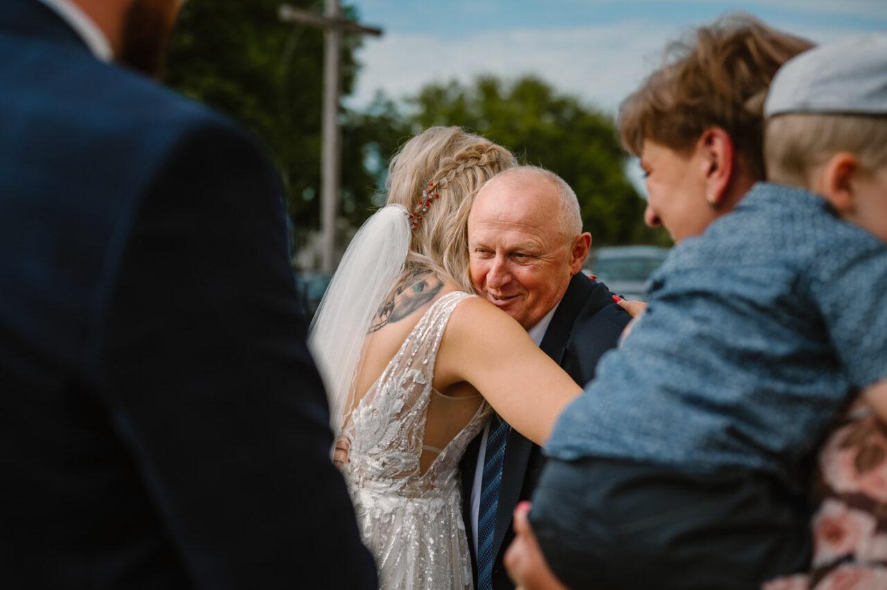 mężczyzna przytula pannę młodą
