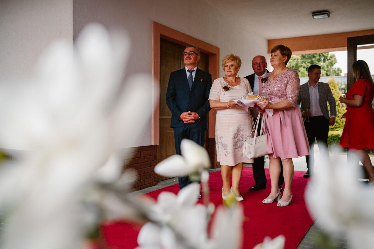 rodzice pary młodej przed salą weselną w Zamościu