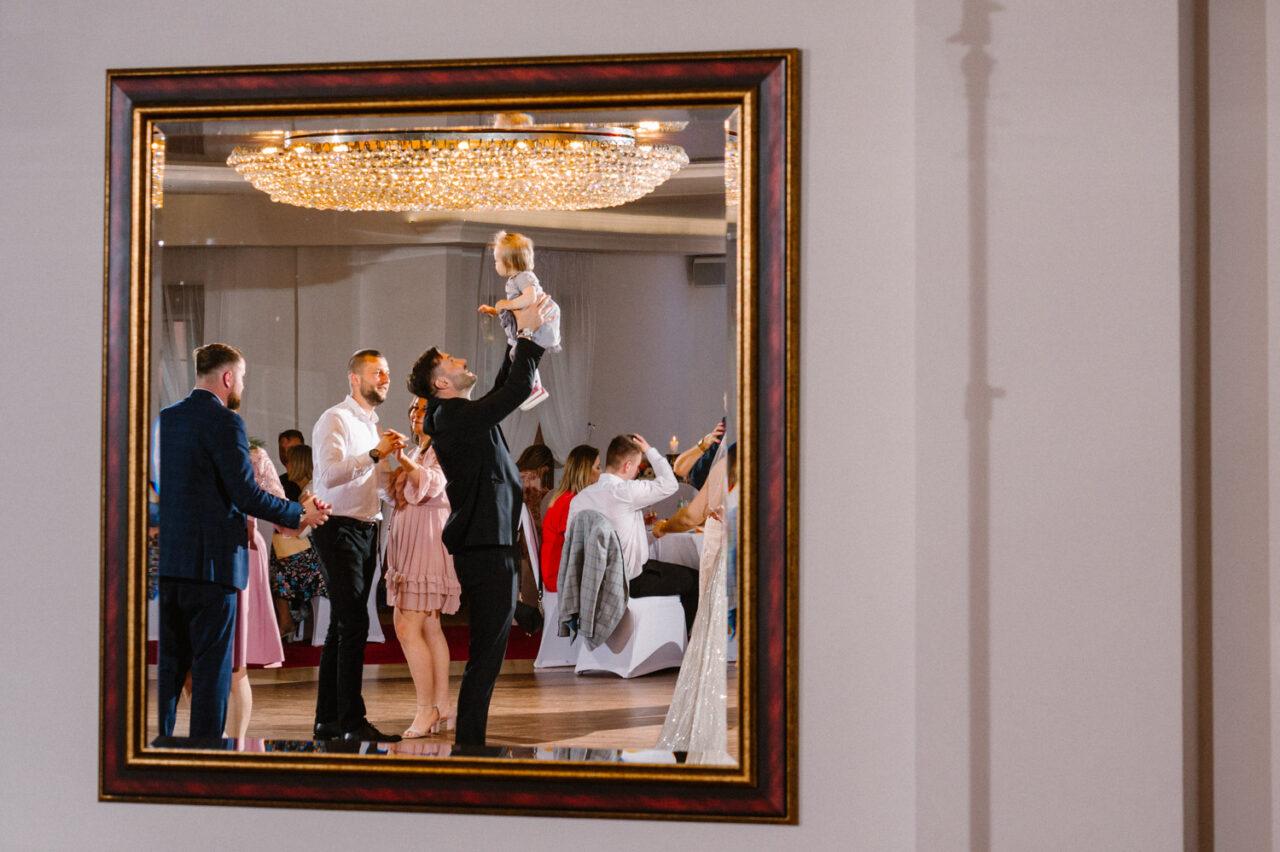 goście weselni oraz ojciec z córką w weselnych ramach