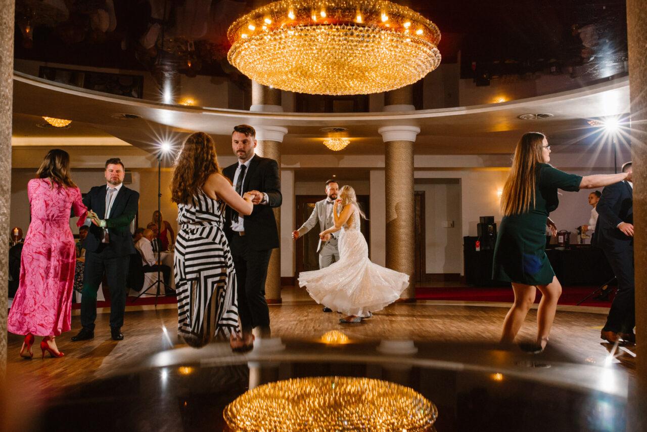 weselny taniec młodej pary i gości
