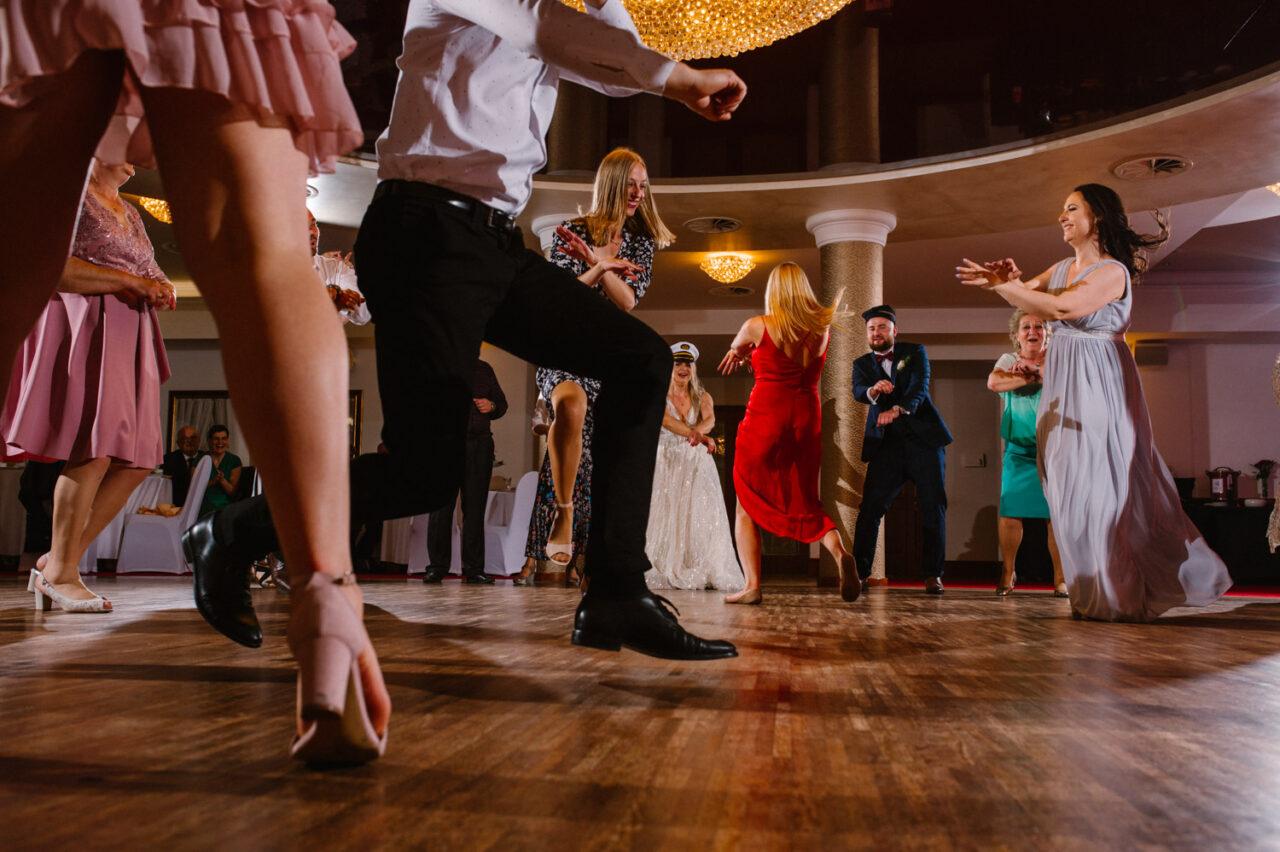 goście podczas weselnej zabawy w Zamościu