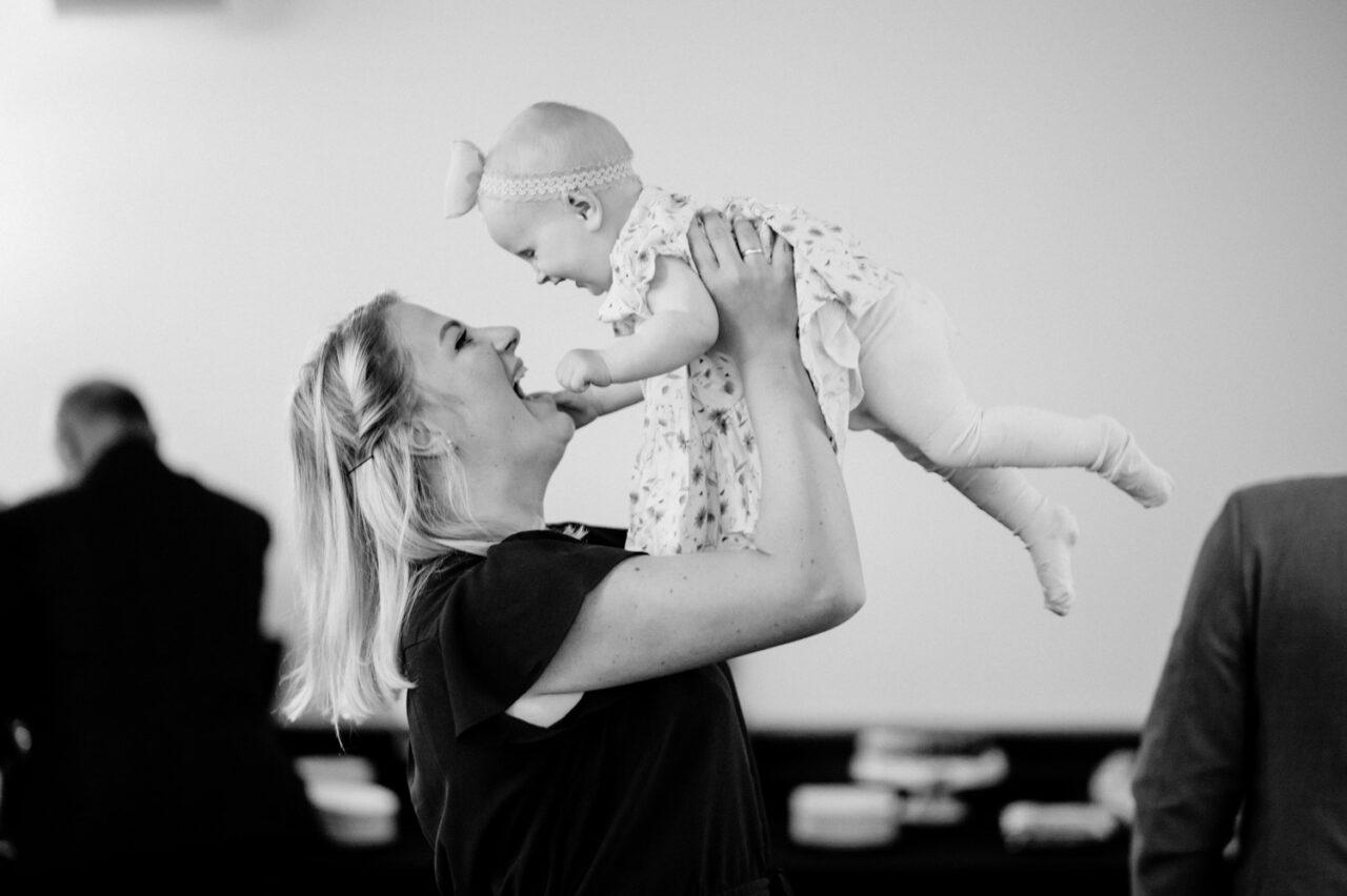 szcześliwa mama podnosi dziecko