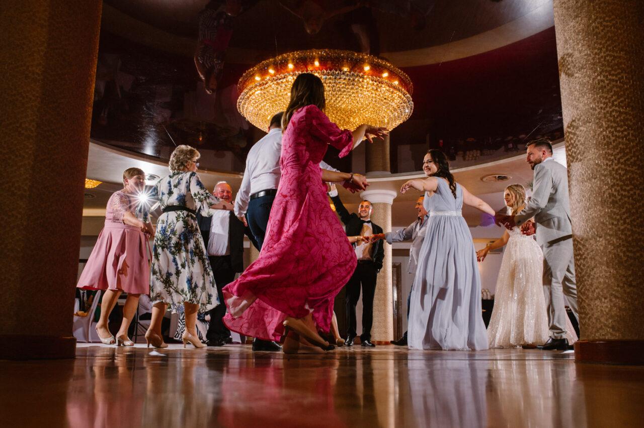 goście podczas tańców i weselnych zabaw
