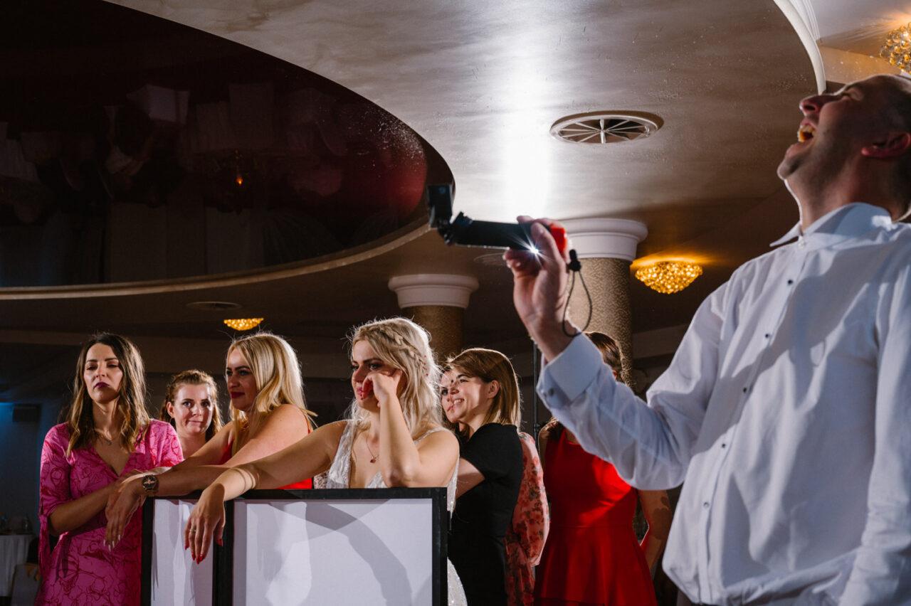 panna młoda i goście podczas żywiołowego wesela w Zamościu