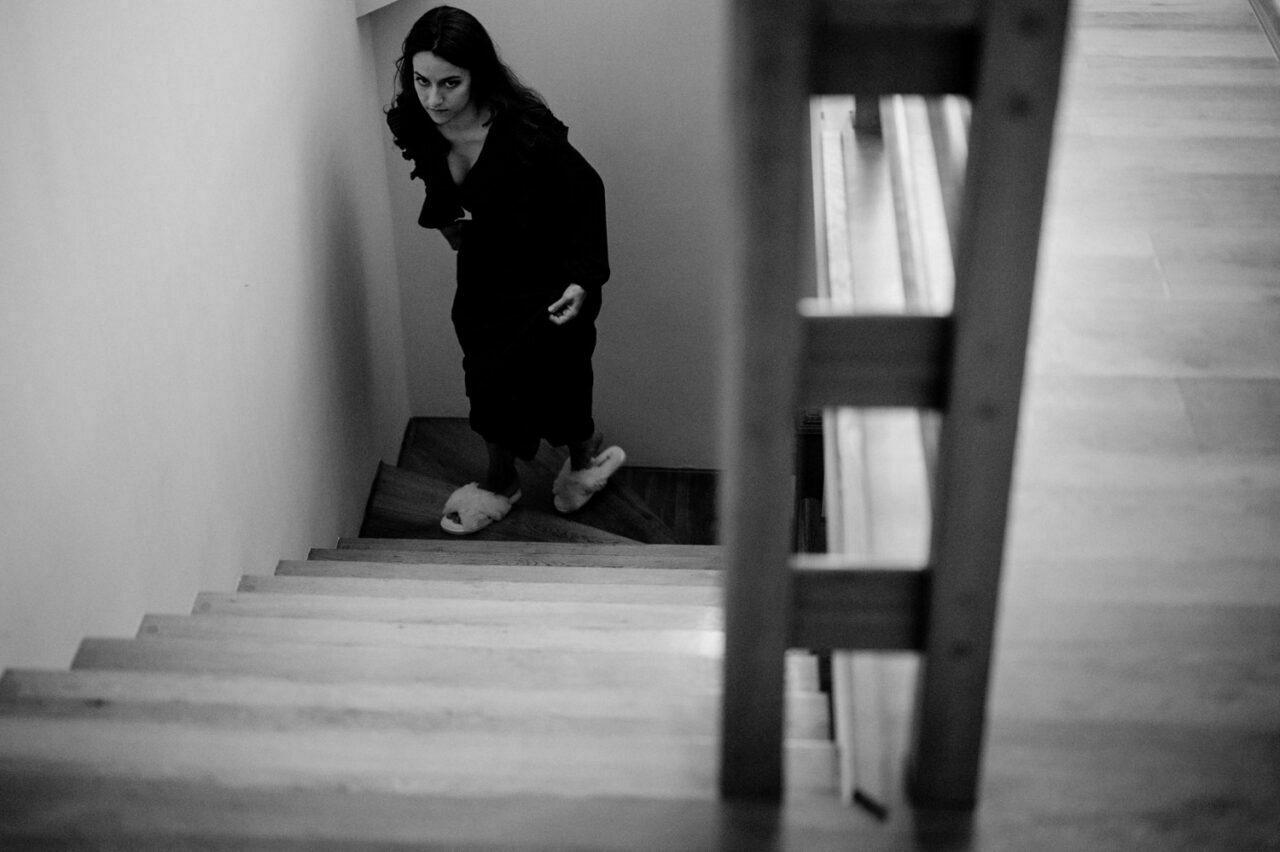 dziewczyna w miękkich kapciach idzie po schodach