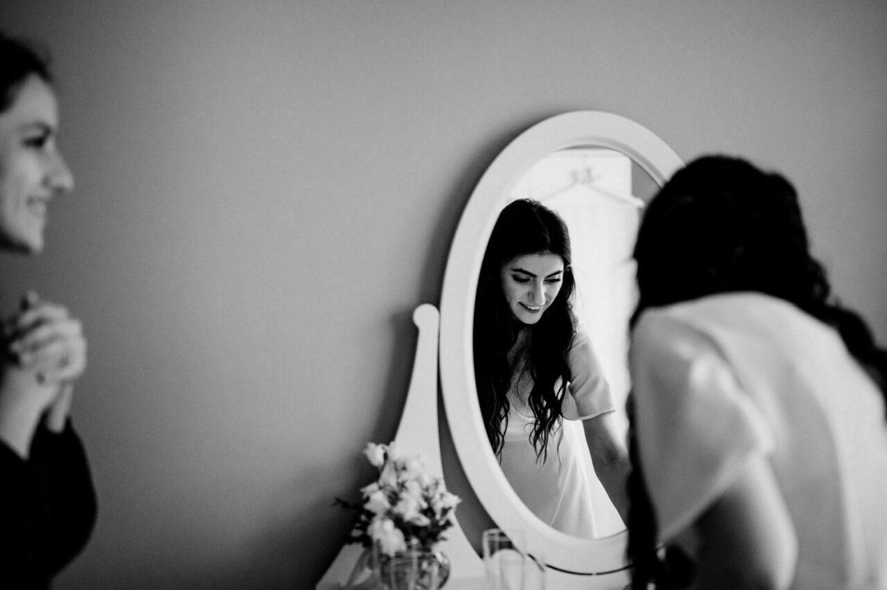 druhna i panna młoda w lustrze