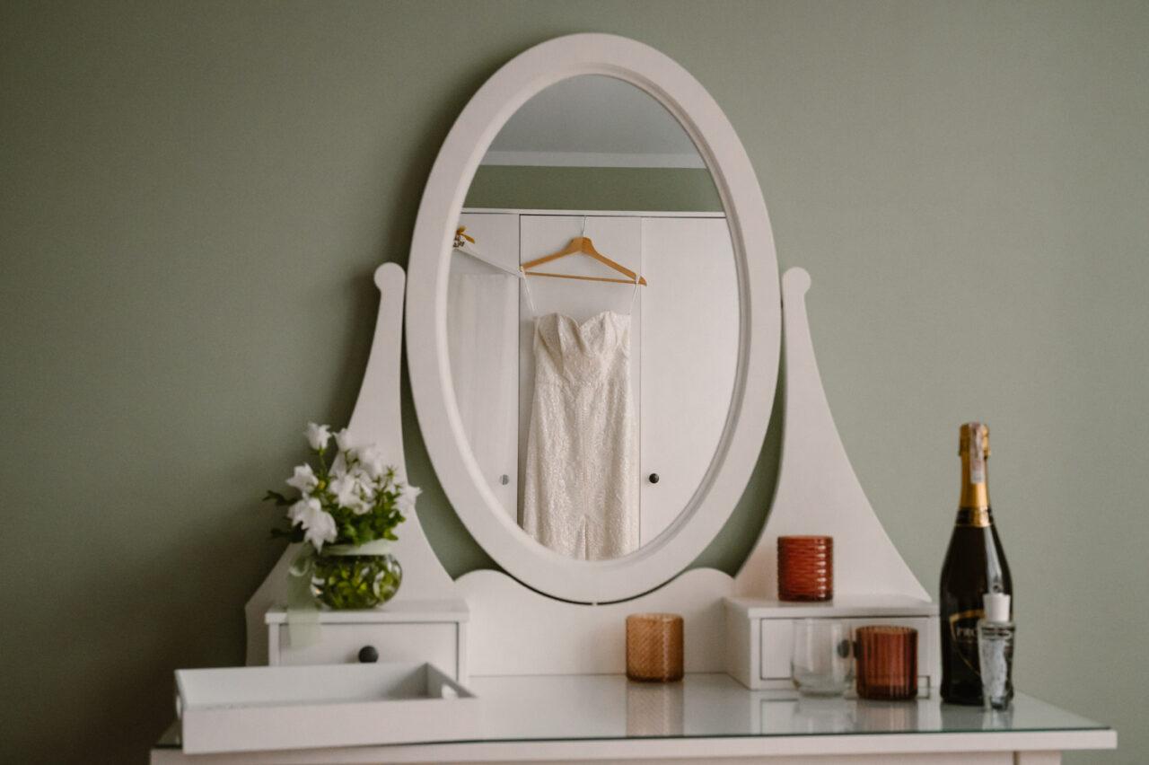 toaletka z lustrzanym odbiciem sukni ślubnej