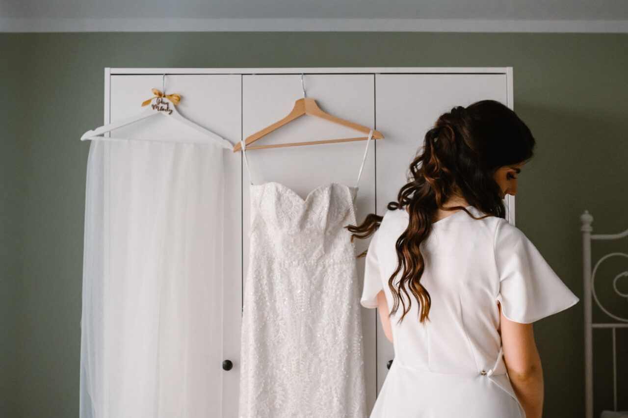 welon, suknia ślubna i panna młoda