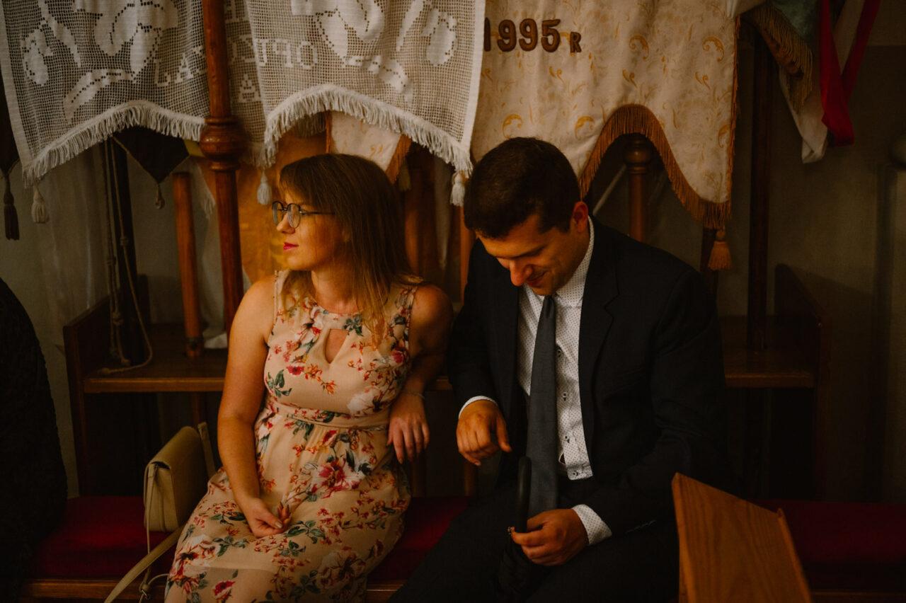 kobieta i mężczyzna słuchająmszy ślubnej
