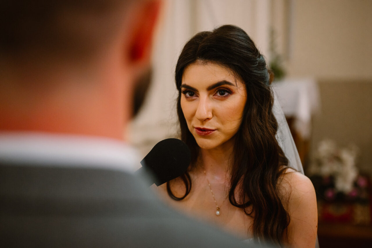 portret panny młodej podczas przysięgi ślubnej