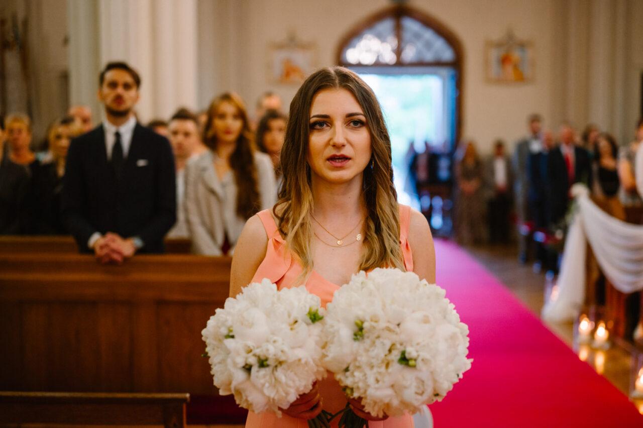 druhna trzymająca bukiety ślubne