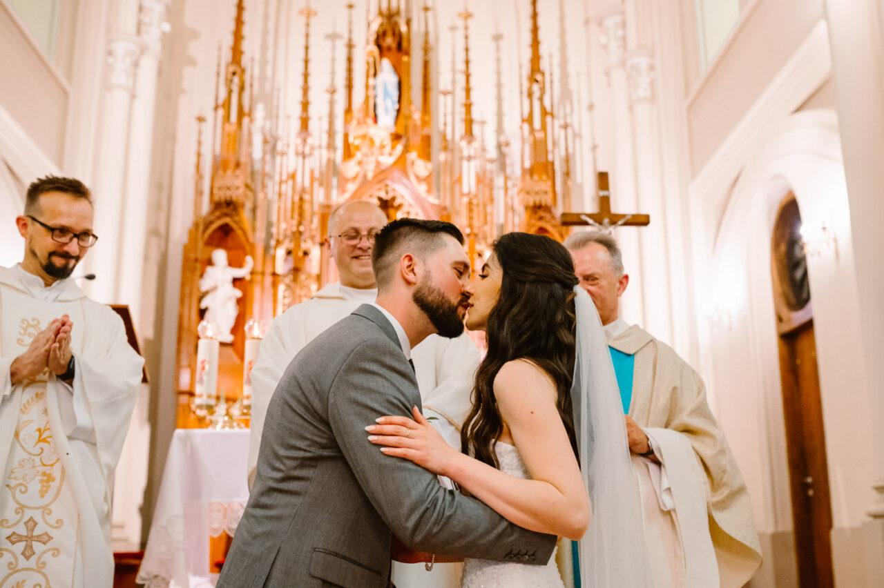 para młoda całuje się w kościele