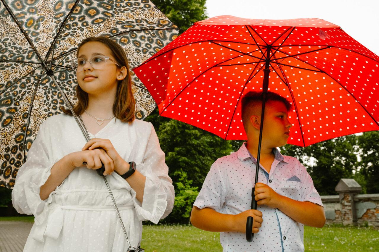 chłopiec i dziewczynka z parasolami