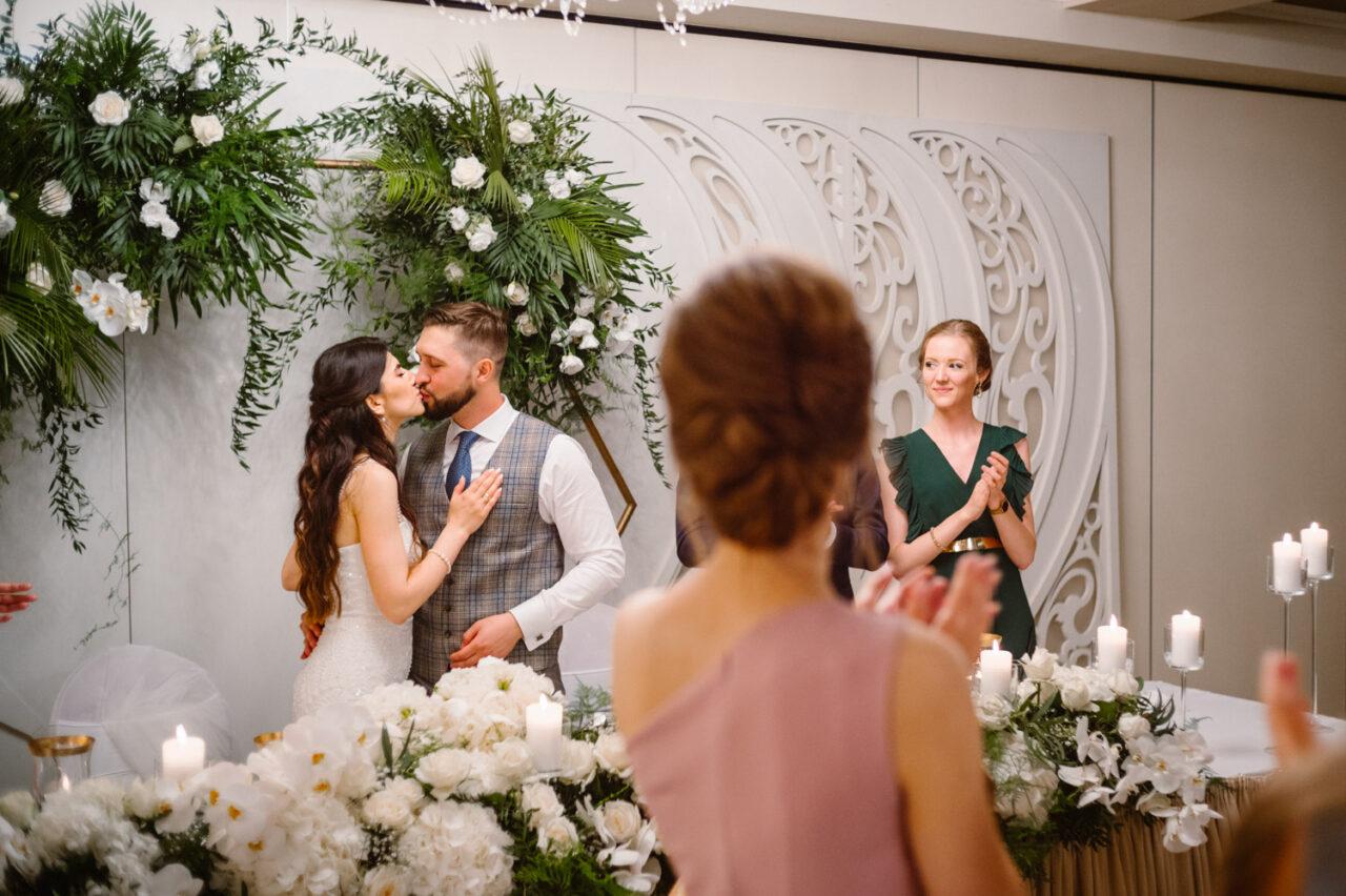 pocałunek pary młodej na weselu w hotelu Drob