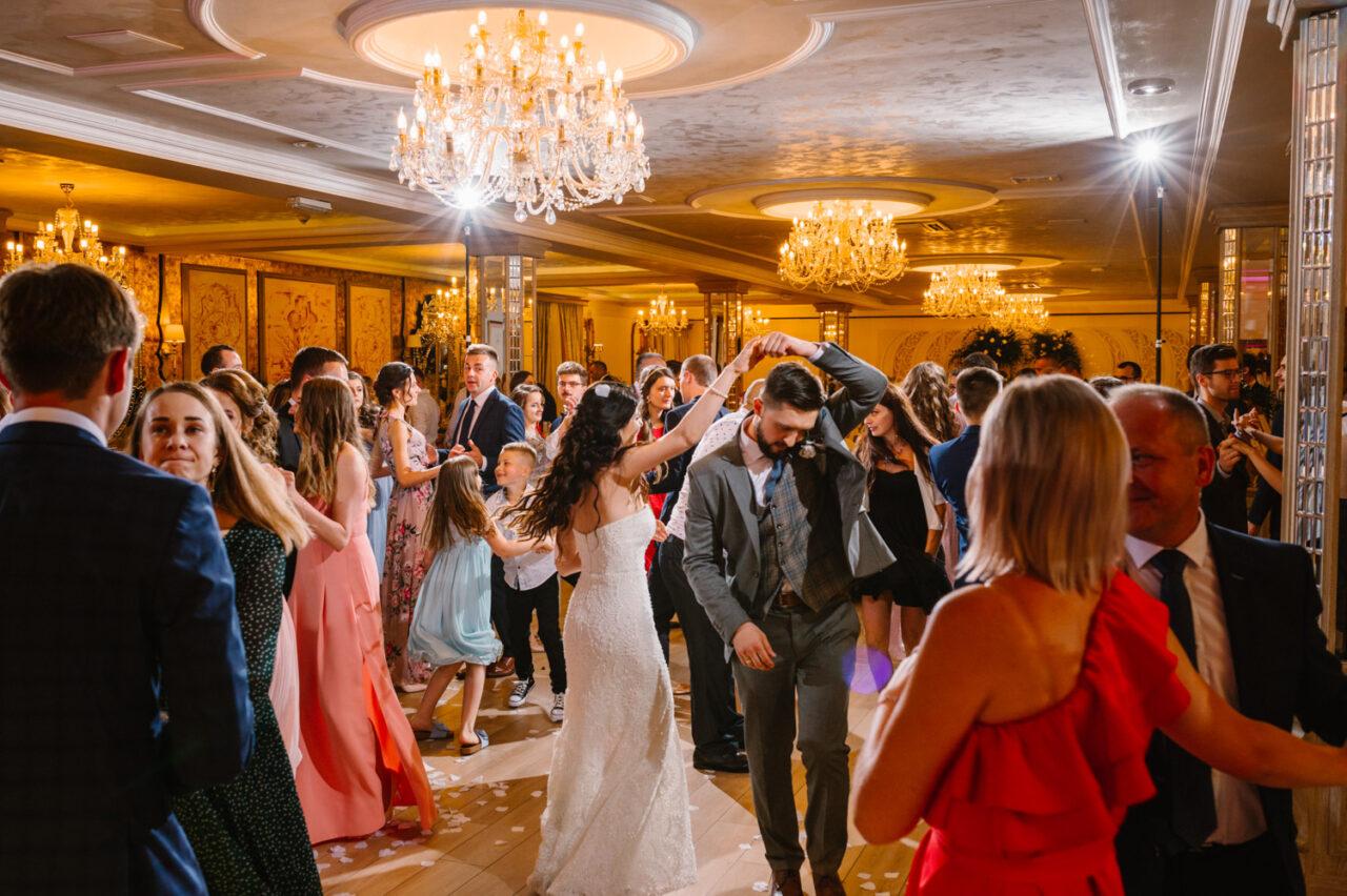 goście weselni tańczą w hotelu Drob
