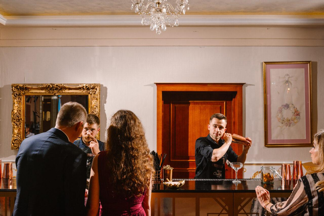 barmani robią drinki gościom weselnym