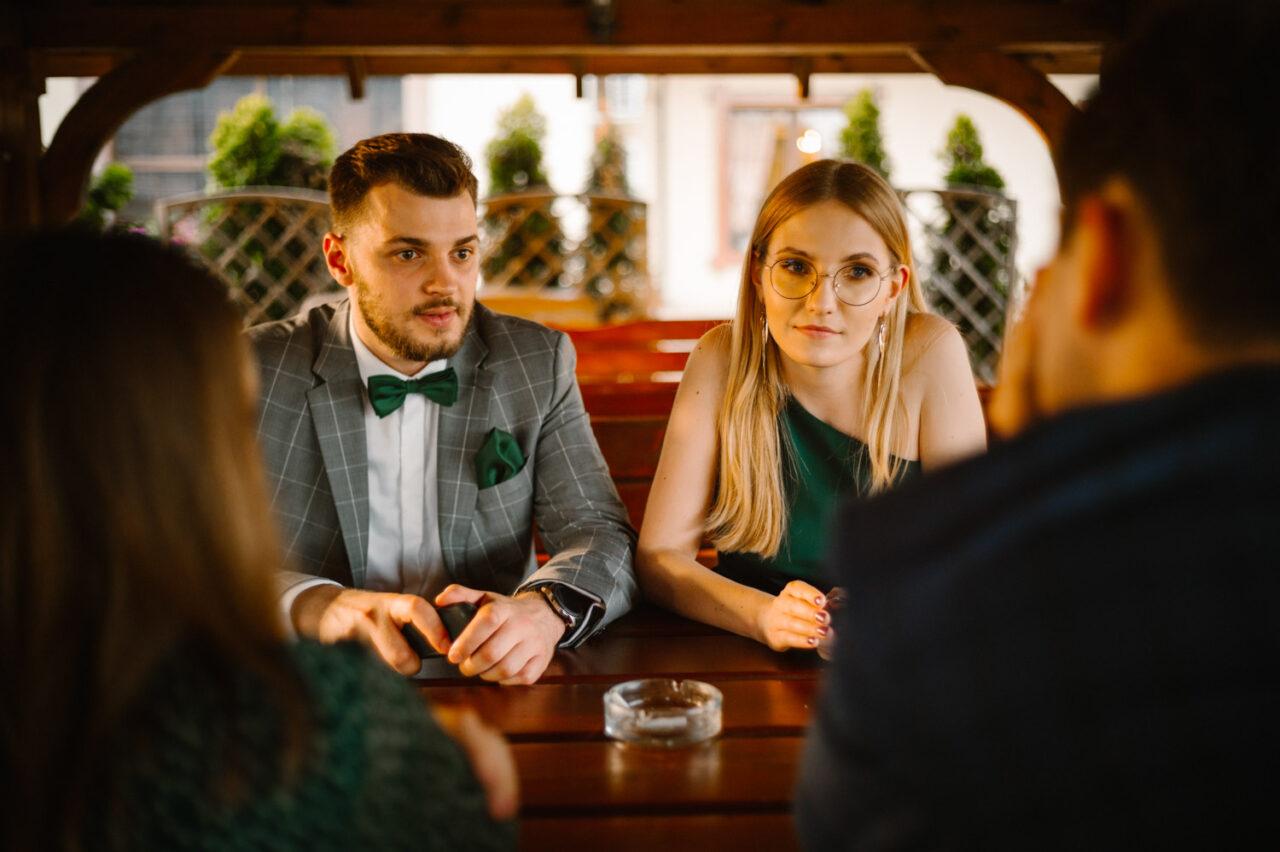 goście weselni rozmawiają podczas przyjęcia