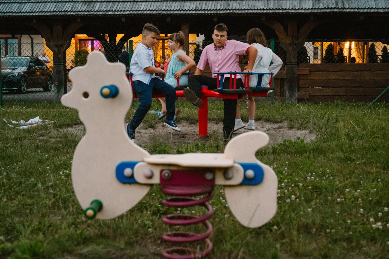 dzieci bawiące się na placu zabaw o zmroku