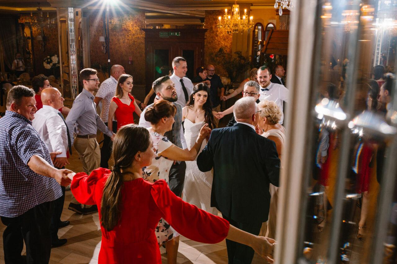 taniec wokół rodziców na weselu