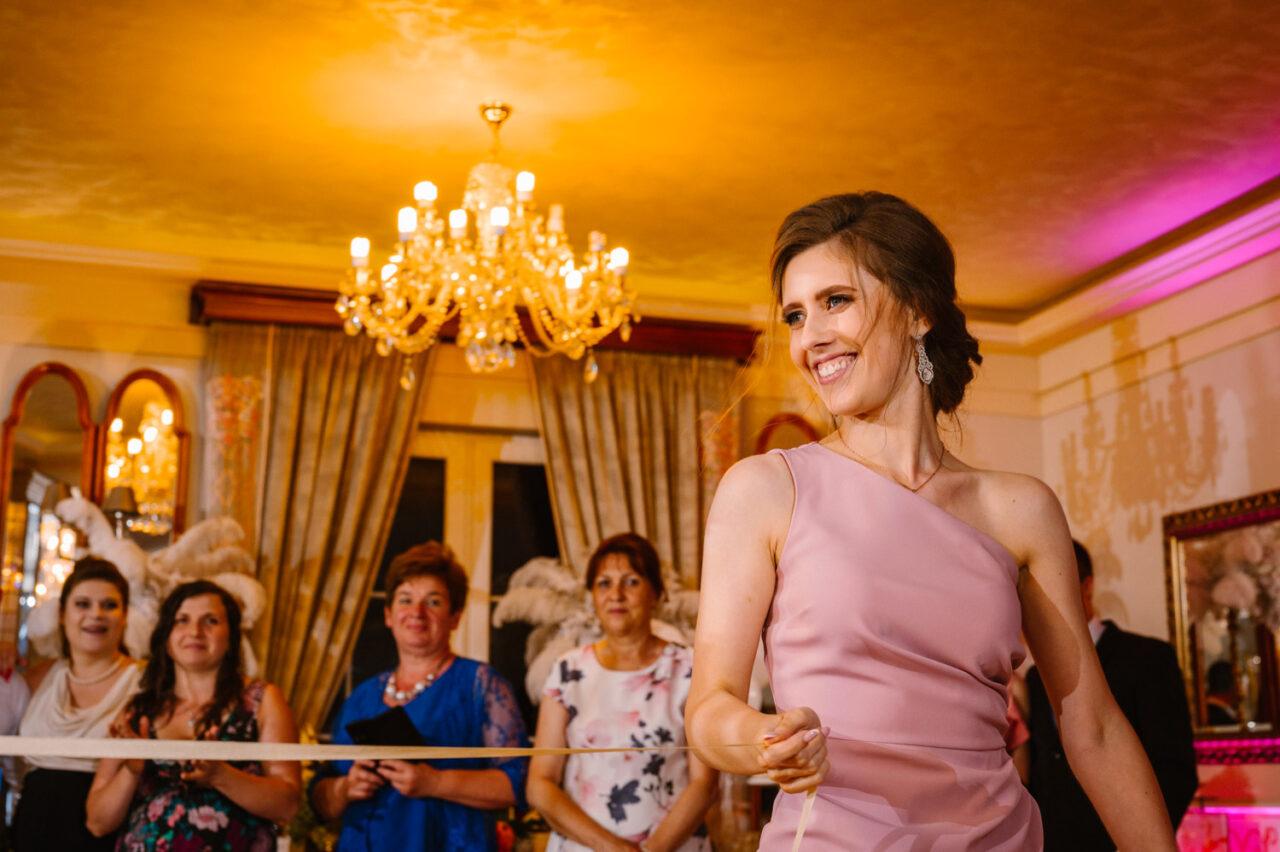 uśmiechnięta kobieta podczas oczepin w hotelu Drob