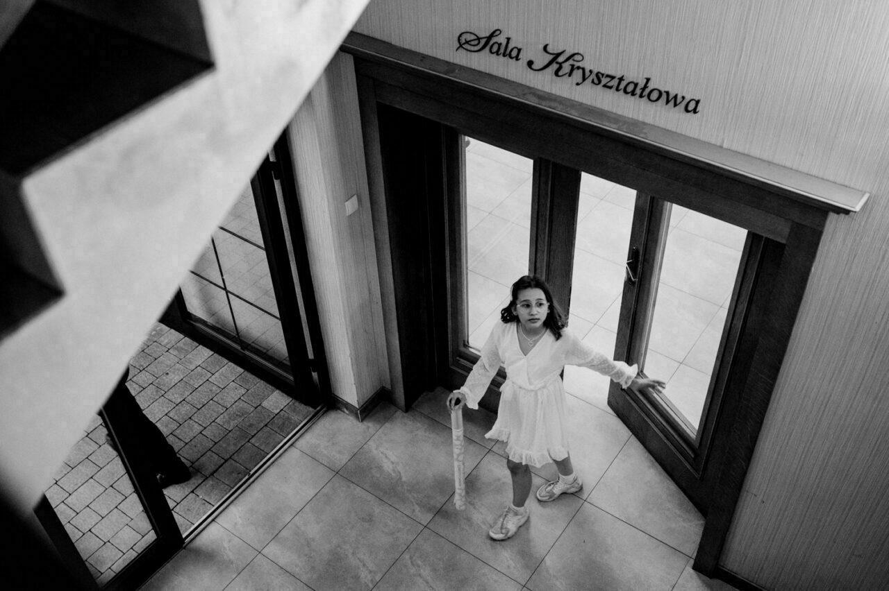 dziewczynka wychodzi z sali kryształowej drob