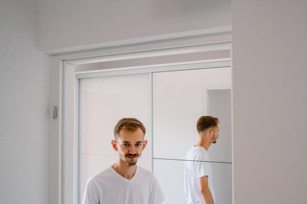 portret pana młodego w białej koszulce