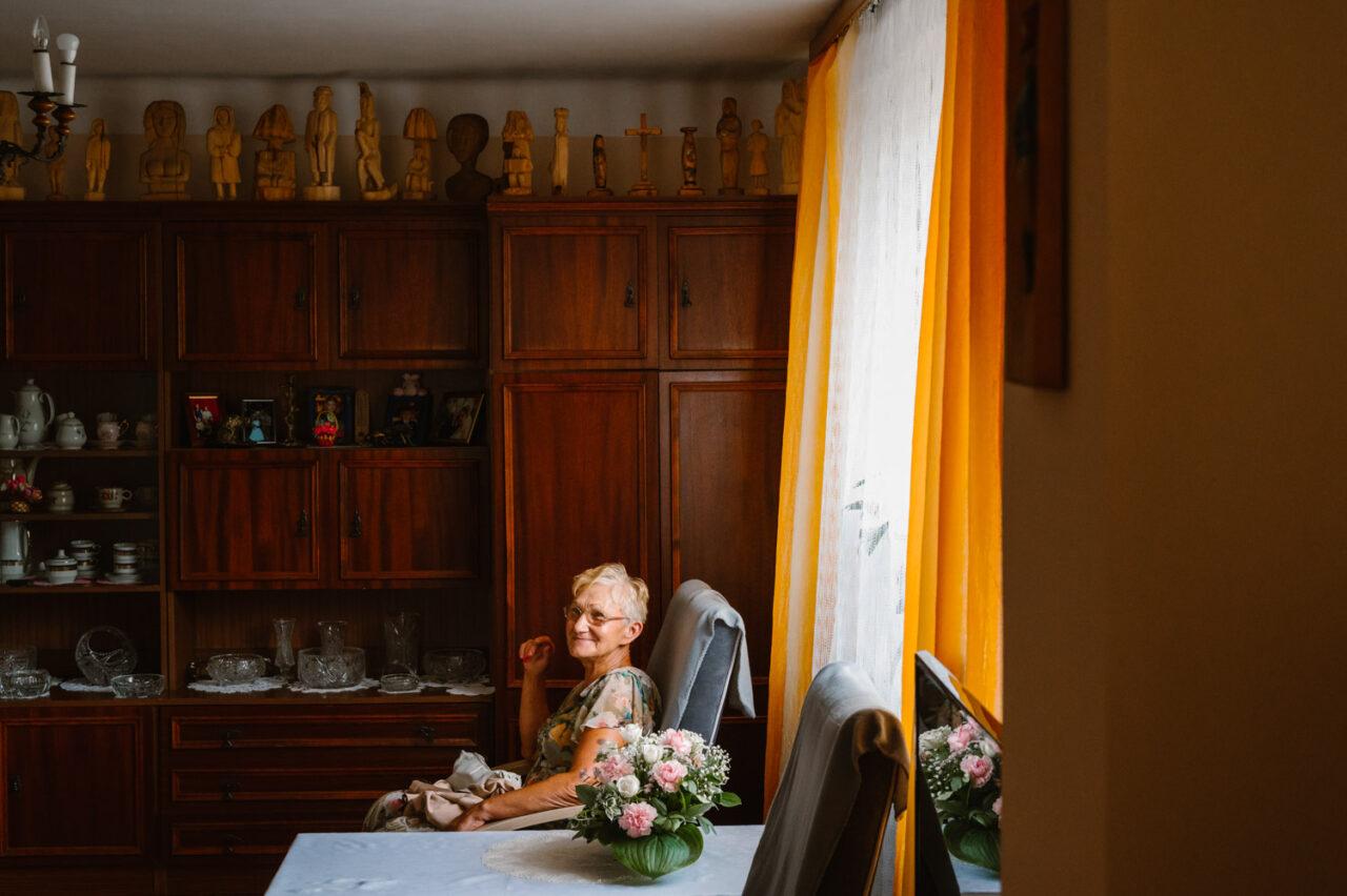 portret siedzącej babci