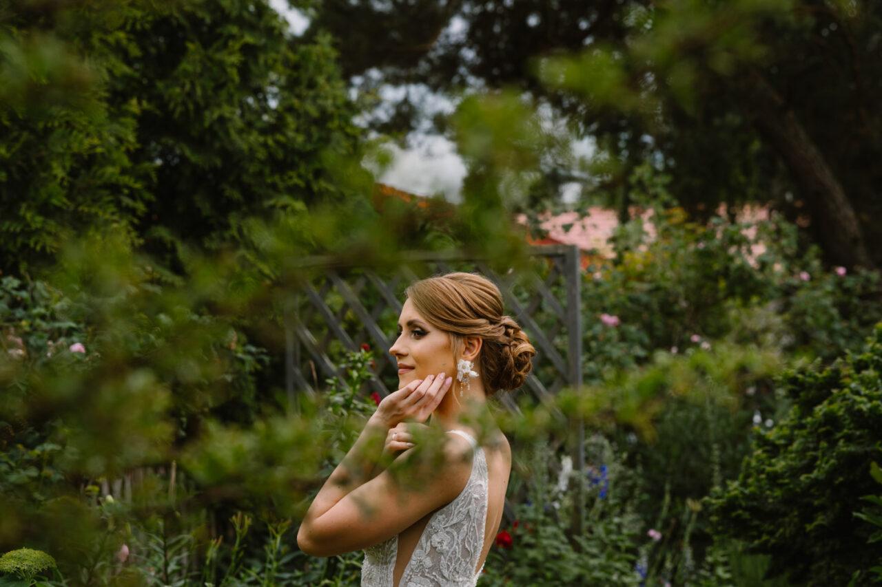 portret panny młodej w ogrodzie
