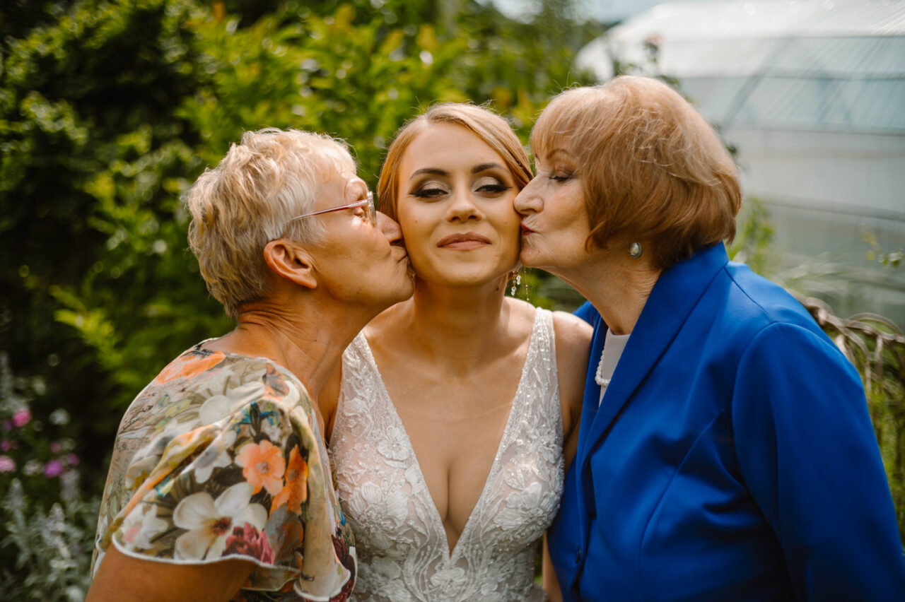 babcie całują pannę młodą